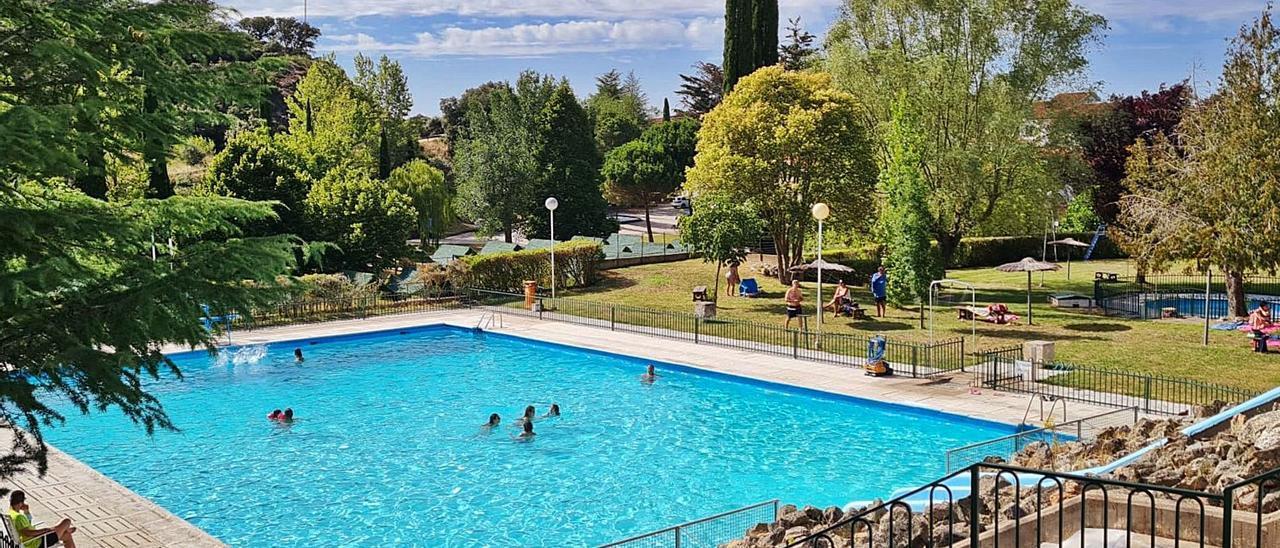 Los primeros huéspedes del balnerario del Montepío, ayer por la tarde dándose un baño en el recinto exterior.   M. M. M. A.