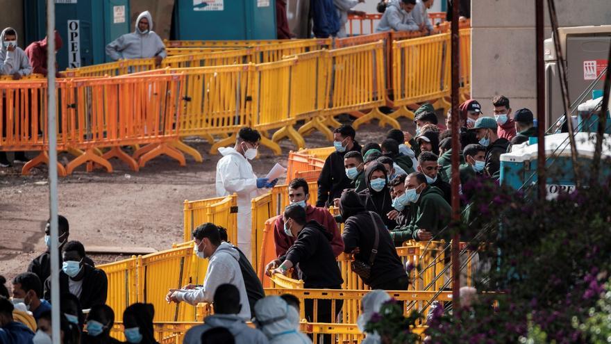 El complejo control de los inmigrantes irregulares que salen de Canarias