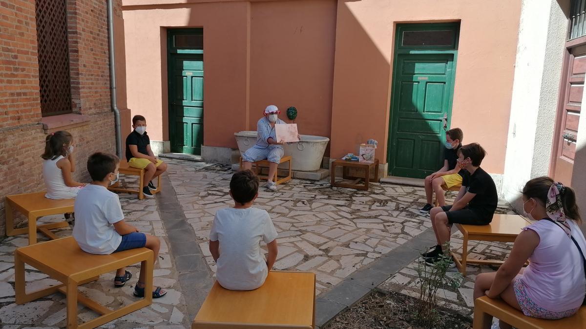 Niños disfrutan de una sesión de cuentacuentos celebrada el pasado verano