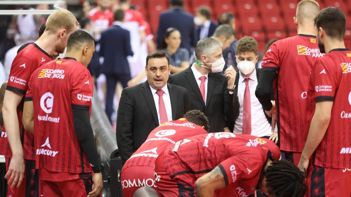 Sergio Lamúa, Manuel Peña y Nacho Juan dirigen al equipo en el partido contra el Gipuzkoa.
