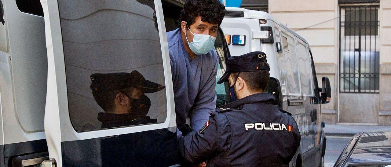 El acusado al llegar a la Audiencia de Alicante para el juicio