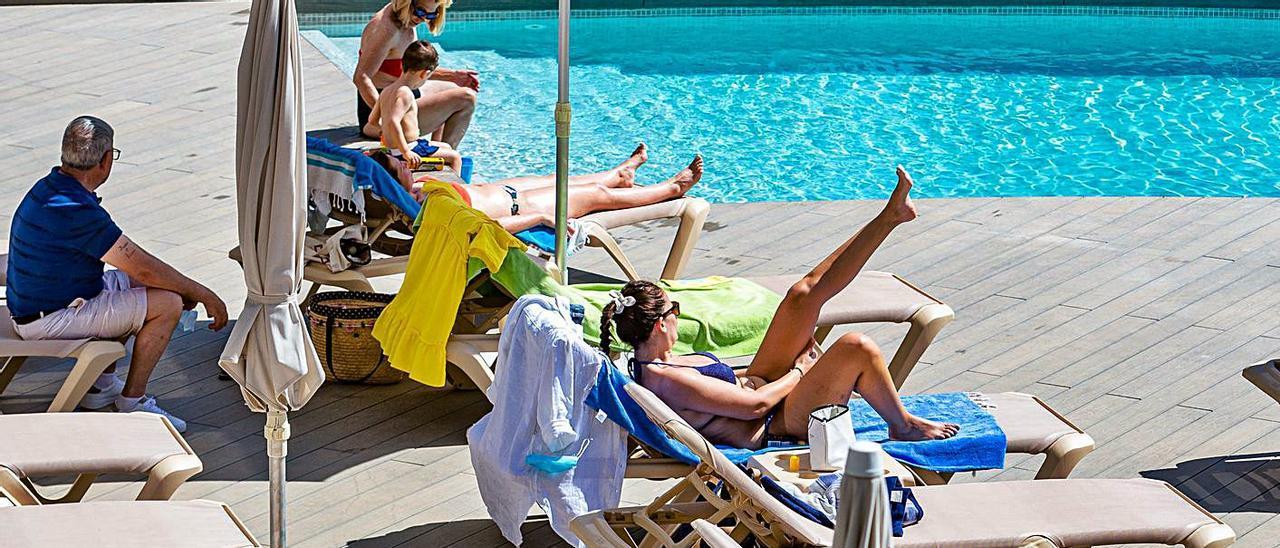 Turistas en la piscina de un hotel de Benidorm este junio.   DAVID REVENGA