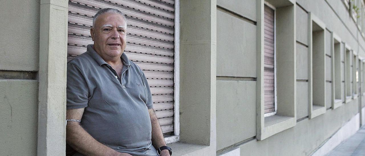 El filólogo Enrique del Teso, en la calle Federico García Lorca de Oviedo.