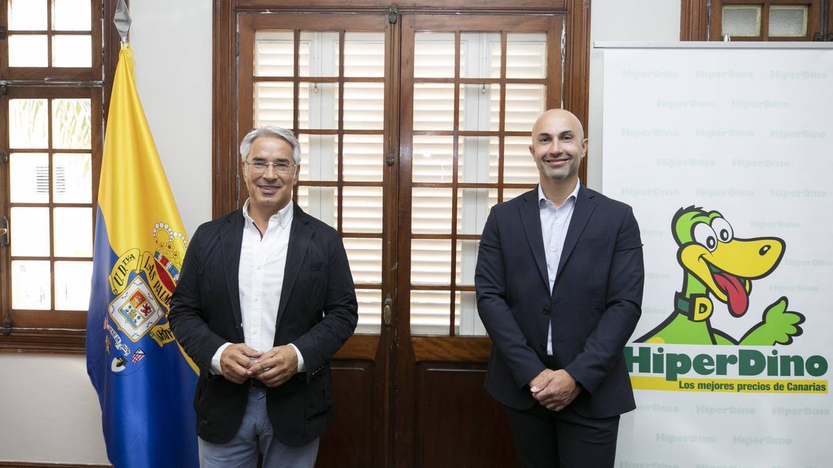 Patricio Viñayo, general director of UD Las Palmas, and Carlos García, director of Marketing and Communication of HiperDino