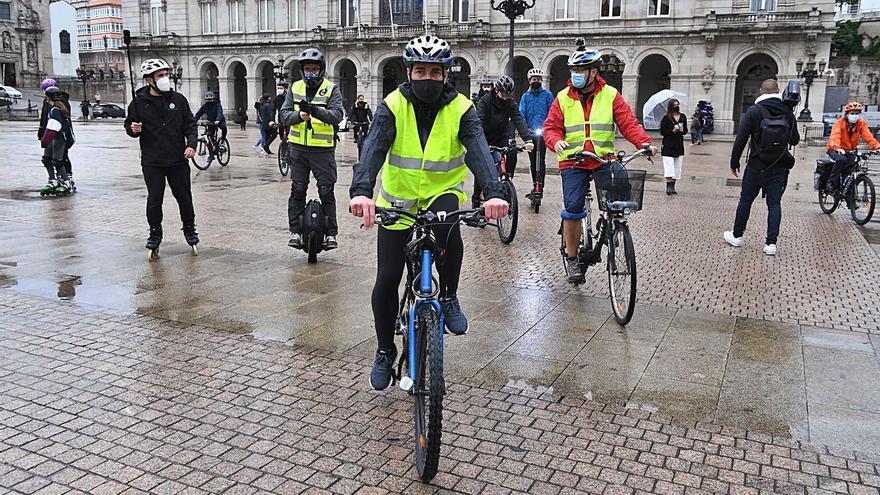 Concentración por la movilidad, con bicicleta y patinete