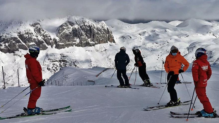 El Principado estudiará alargar la campaña de esquí en Pajares y Fuentes de Invierno