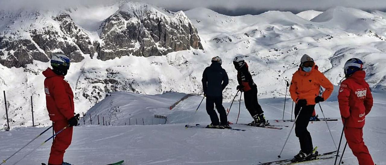 Esquiadores en la estación invernal de Fuentes de Invierno, la semana pasada.