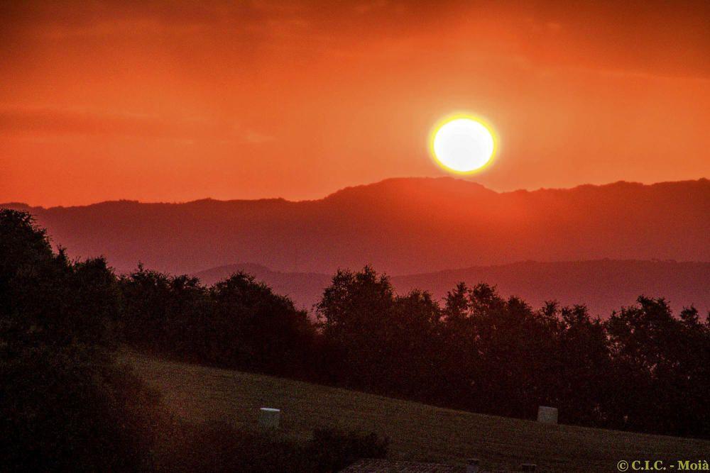 Albada amb el cel ben roig al Moianès