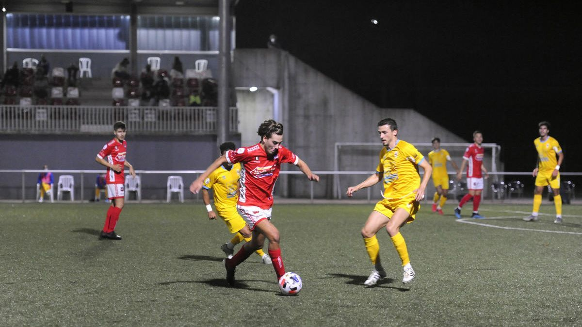Un lance del Estradense-Compostela, primer partido con público en Galicia tras el confinamiento.