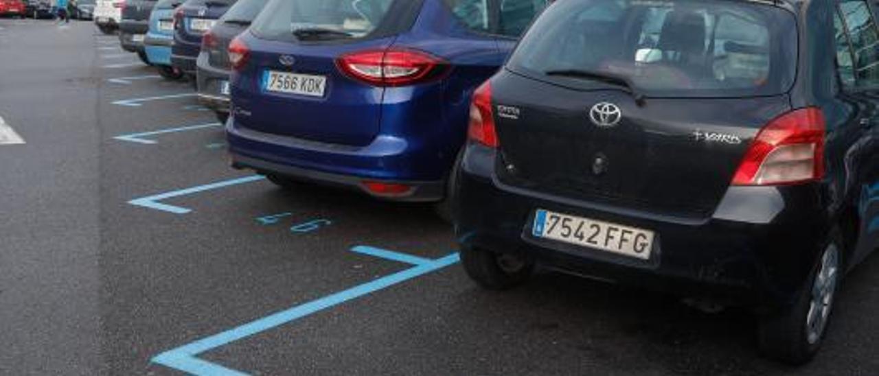 Vehículos estacionados en el aparcamiento situado entre el Consistorio y la estación de autobuses, con zona azul. | Mara Villamuza
