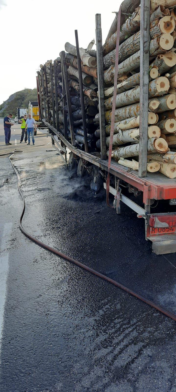Madera transportada por el camión una vez sofocado el incendio.