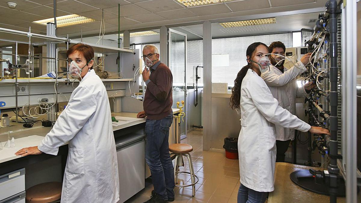 Marcilla y parte de su equipo muestran la idea de su mascarilla en su laboratorio.