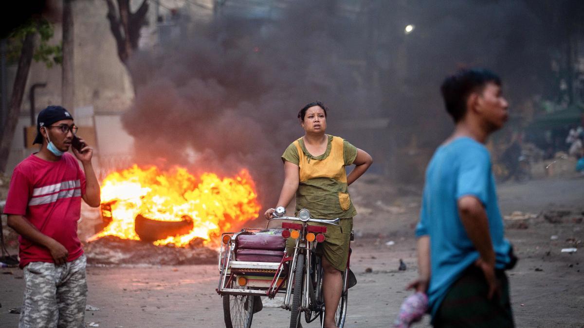 Civiles en una zona afectada por los ataques en Birmania