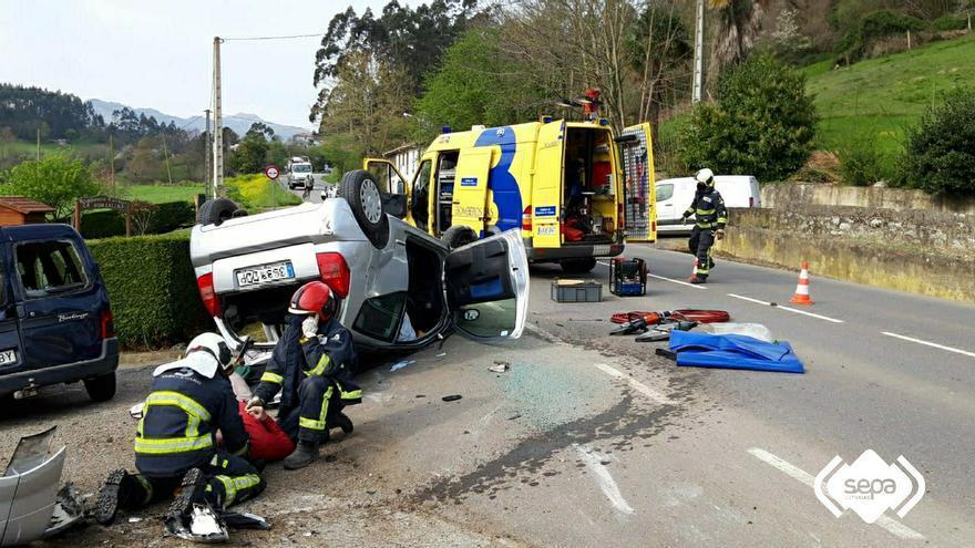 Un hombre de 71 años resulta herido tras volcar con su coche en Llanes