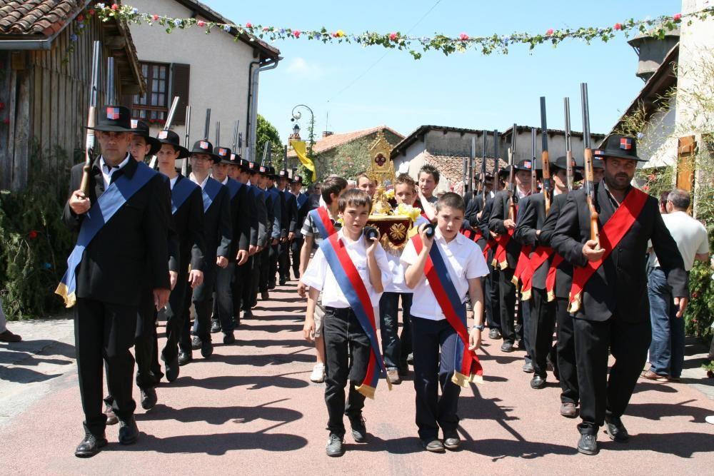 Francia - Las Ostensiones Septenales Lemosinas, ceremonias y procesiones grandiosas que se organizan cada siete años para mostrar y venerar reliquias de santos de la Iglesia Católica en la región de Limoges.