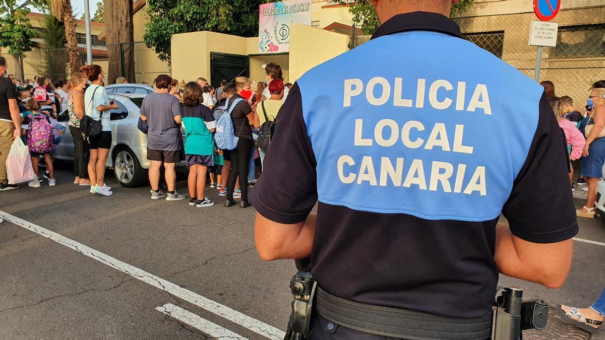 Un agente de la Policía Local de Santa Cruz colabora con el acceso de los escolares al CEIP Las Delicias