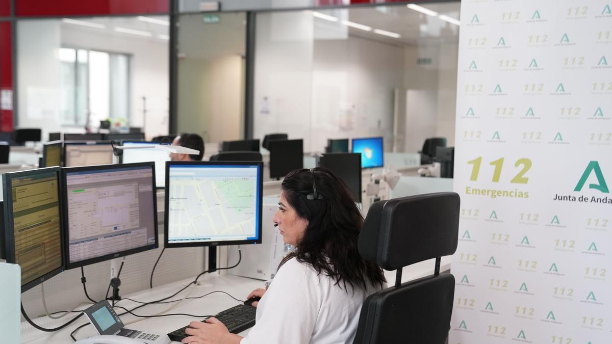 Una trabajadora del centro de Emergencias 112 Andalucía