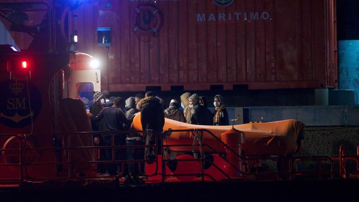 Un migrante fallecido y cuatro graves por hipotermia en un cayuco en El Hierro