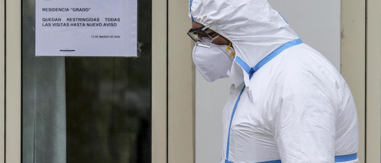Labores de desinfección en la residencia de Grado.