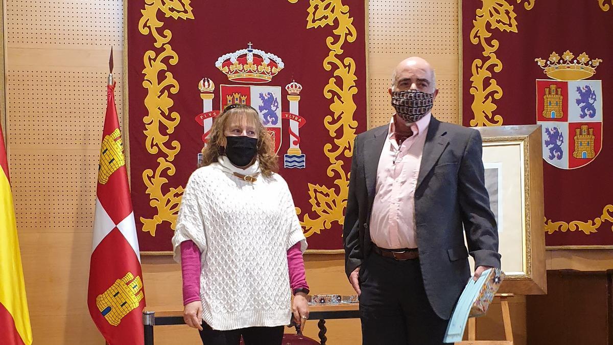 Fermín Hernández Andrés recoge el galardón de manos de la concejala de Cultura de El Tiemblo