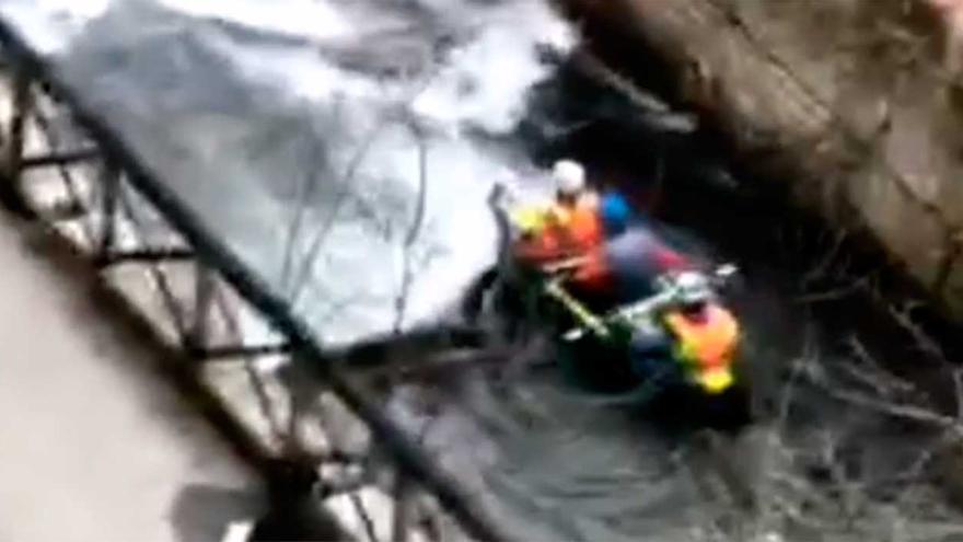 Un grupo de piragüistas se lanza a hacer rafting en un Lagares embravecido