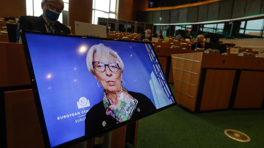 """Lagarde alerta de que """"persisten los riesgos a corto plazo para la economía europea por la pandemia"""""""
