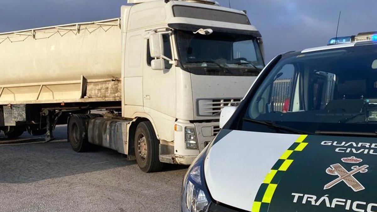 Camión inmovilizado por la Guardia Civil.