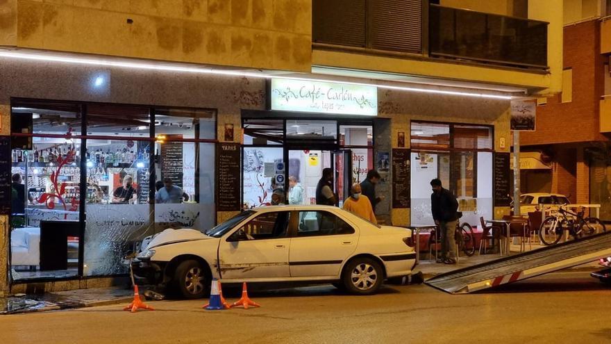 Un conductor ebrio estrella su coche contra un bar en Benicarló