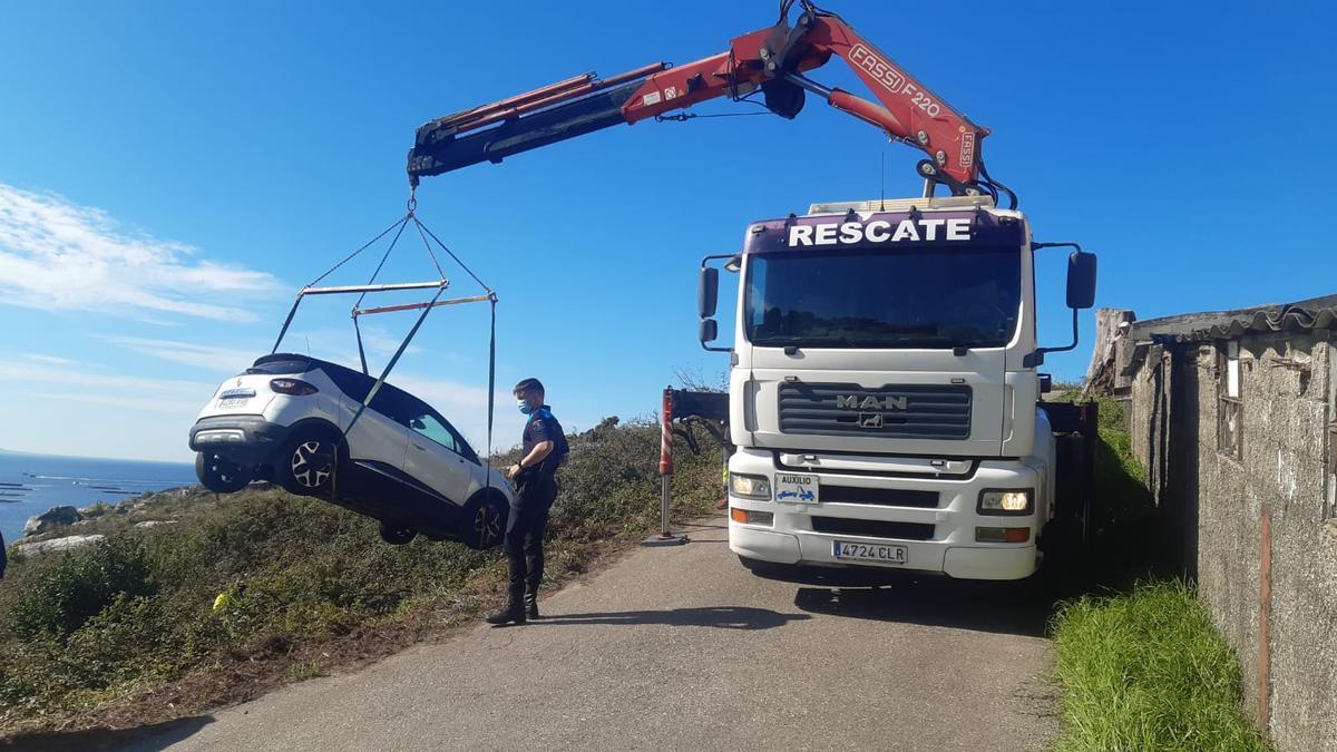Una grúa se asistencia, retirando el vehículo esta mañana