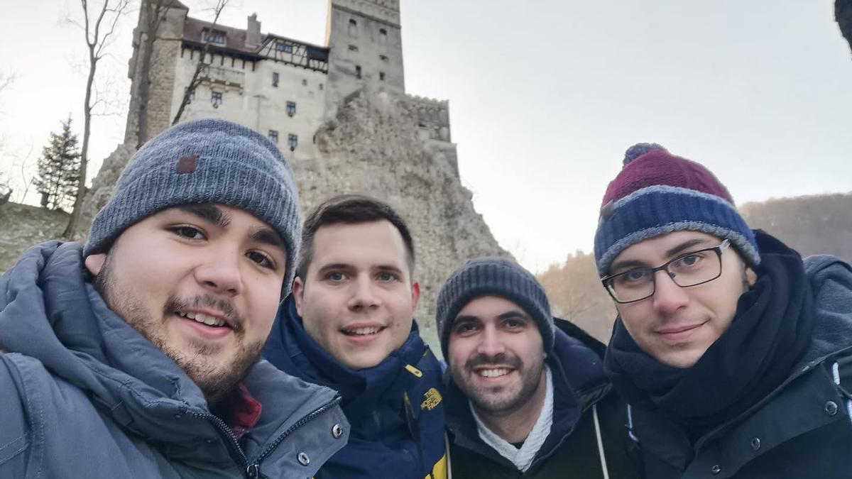 David Álvarez, izquierda, con unos amigos en un viaje a Transilvania.