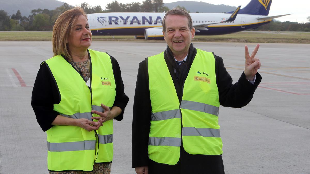 El alcalde, Abel Caballero, y la presidenta de la Diputación, Carmela Silva, en una foto de archivo junto a un avión de Ryanair.