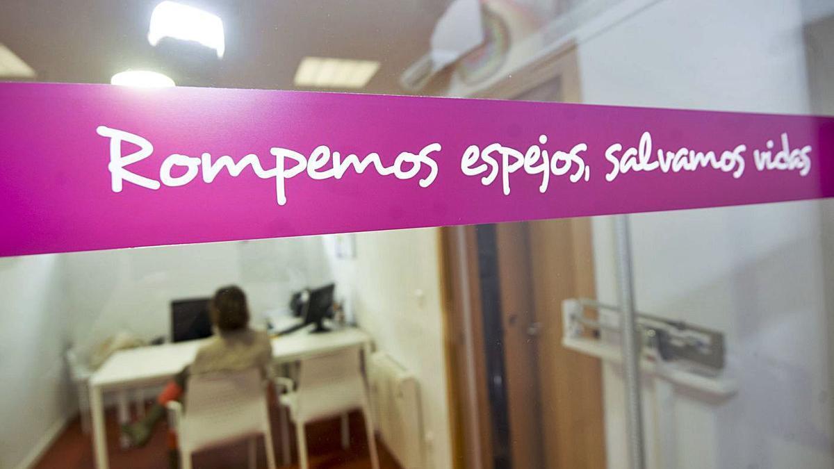 Vinilo con el lema 'Rompemos espejos, salvamos vidas', en la sede de ABAC, en A Coruña.   | // CASTELEIRO