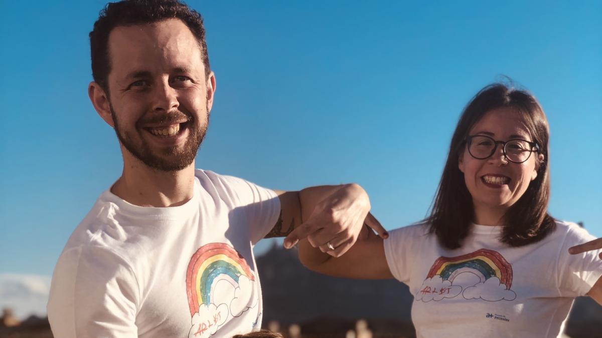 Els responsables de Xasem i la seva filla amb una de les samarretes