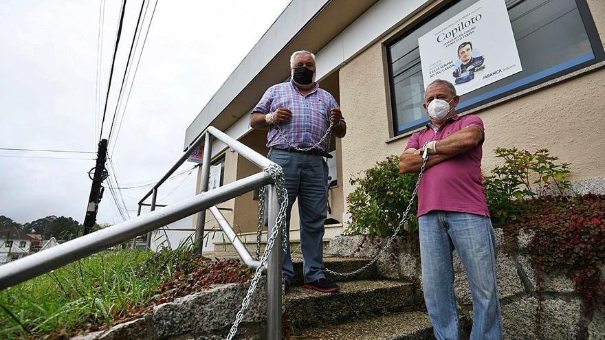 Dos días encadenados contra el cierre de la oficina bancaria de Portas