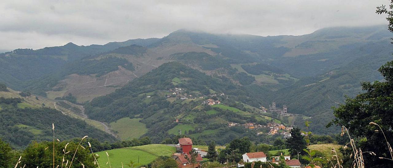 Una panorámica de la zona alta del valle de San Juan, con el pozo Polio al fondo, a la derecha