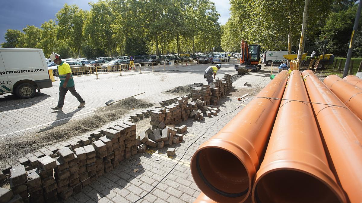 Els treballs per adequar el sanejament a l'aparcament de La Copa 2 de Girona.