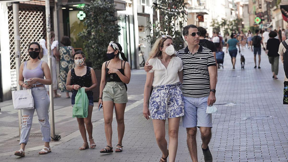 Ciudananos pasean por la calle Sant Miquel de Palma