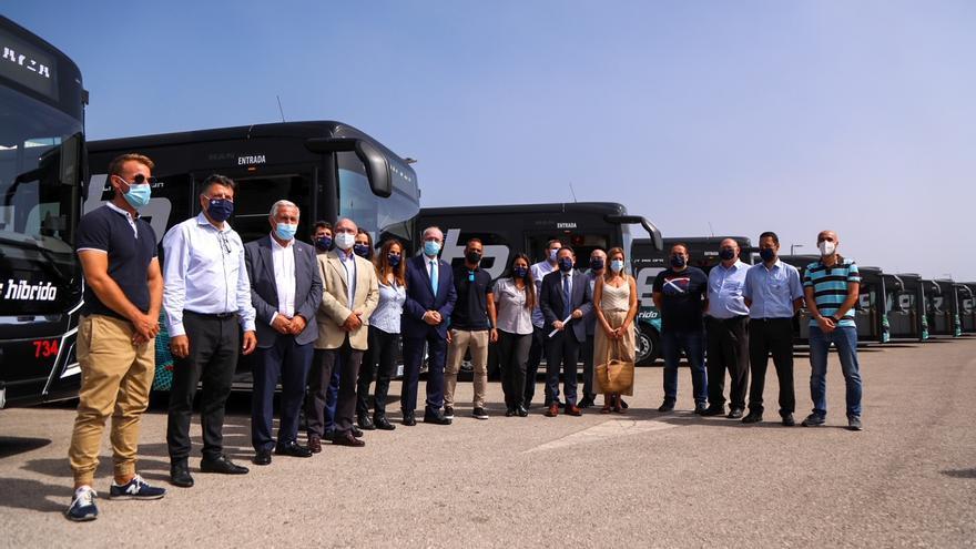 Presentan los primeros diez megabuses híbridos de la EMT