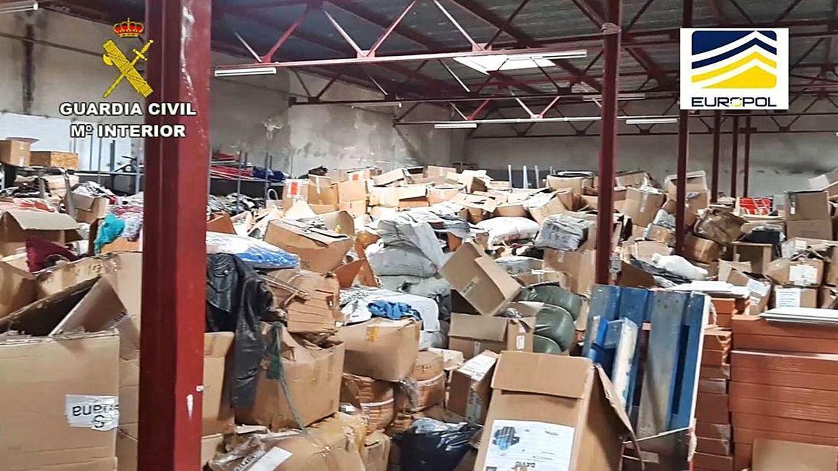 Un dels magatzems escorcollats a la Jonquera on hi havia material falsificat