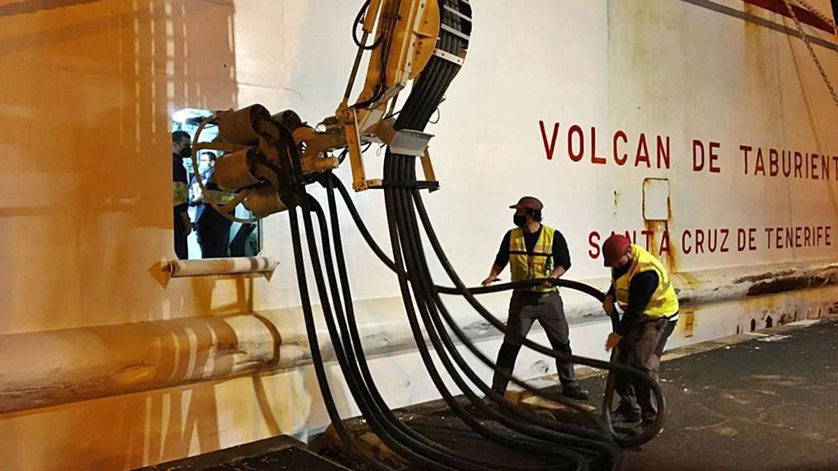 Detalle de la conexión al sistema eléctrico por parte del buque 'Volcán de Taburiente'.