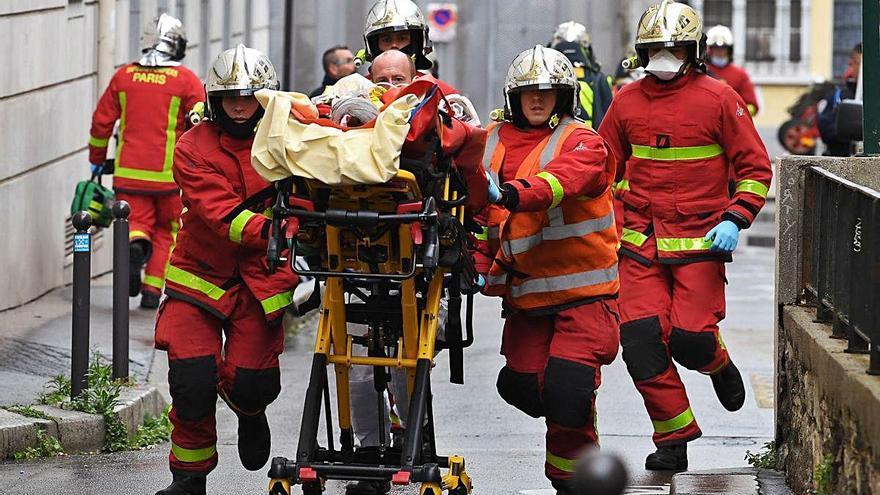 Un home causa dos ferits  a punyalades al costat de  la seu de «Charlie Hebdo»