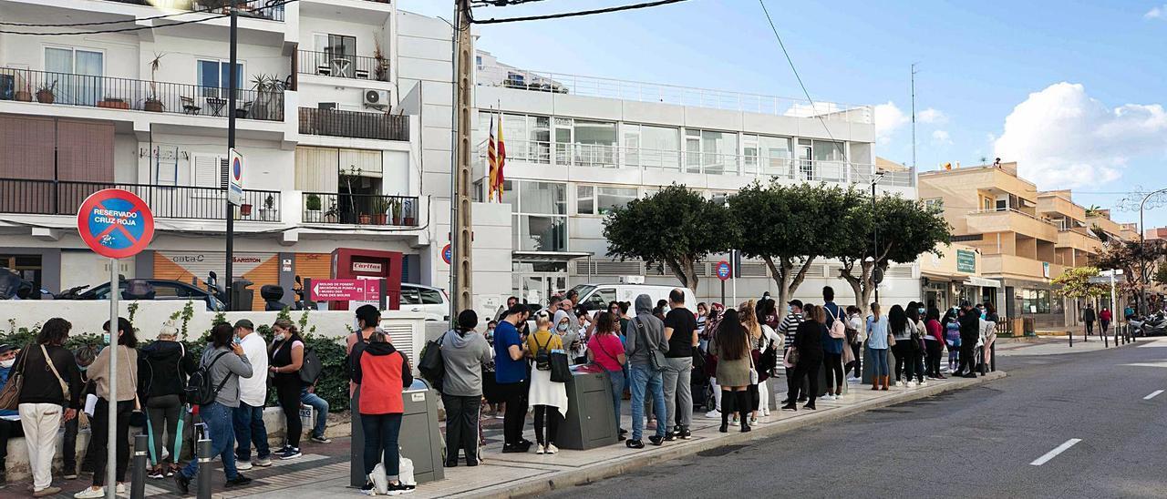 Cola de solicitantes de las ayudas del Consell, el pasado mes de abril. | VICENT MARÍ