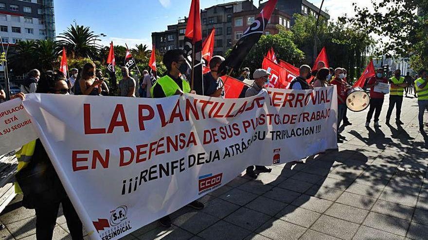 Protesta de trabajadores de Renfe contra el recorte de personal de servicios