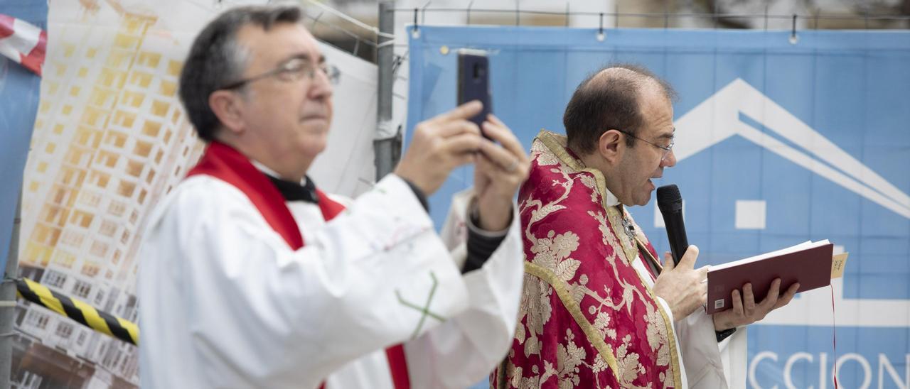 Un cura graba con su teléfono móvil una misa en Avilés