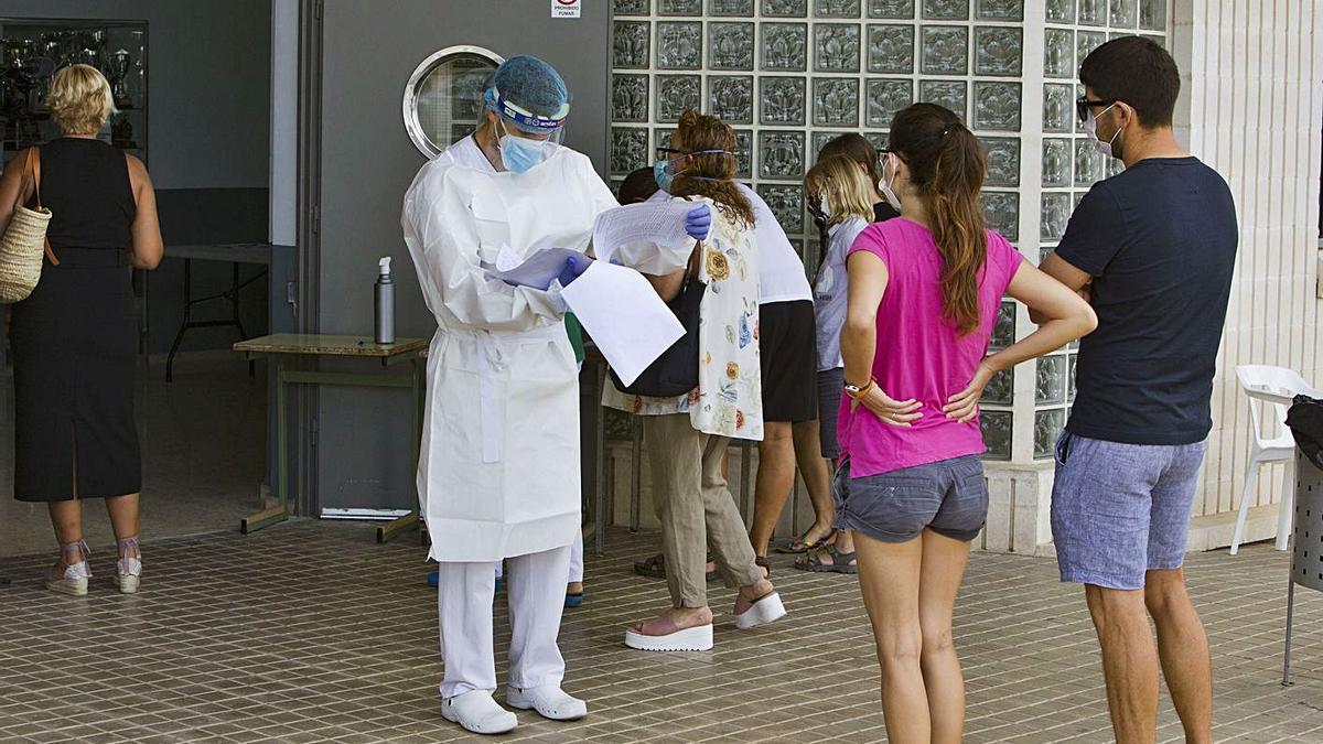 Pruebas PCR en un ambulatorio de la Vall d'Albaida en agosto de 2020.     PERALES IBORRA
