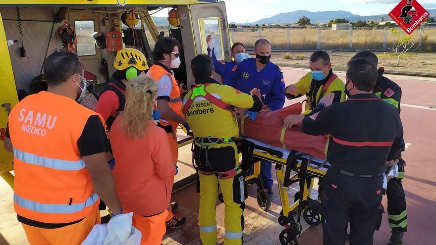 Los bomberos rescatan a un hombre que había sufrido una caída en el Maigmó