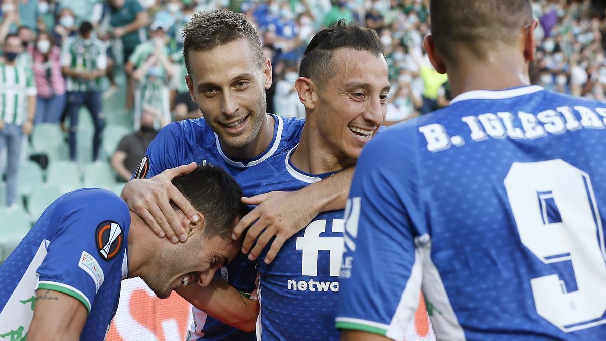 The Betis footballers congratulate Juanmi on his goal.