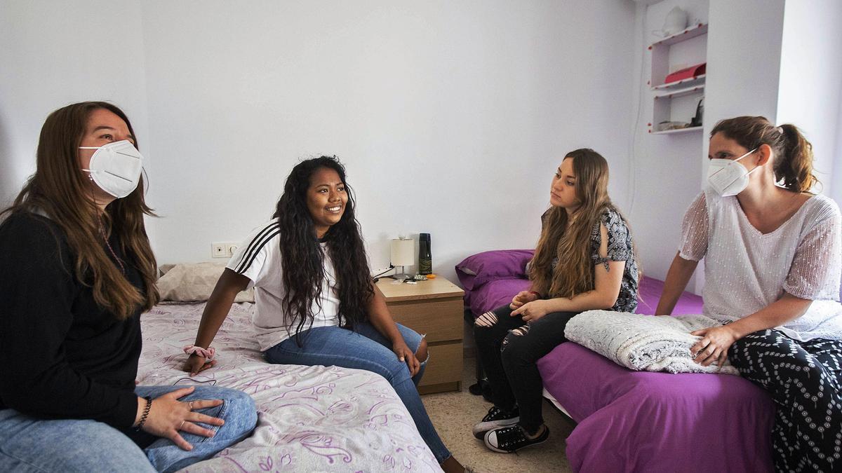 Bárbara y Paula, rodeadas por sus tutoras en el piso de emancipación de València donde residen.