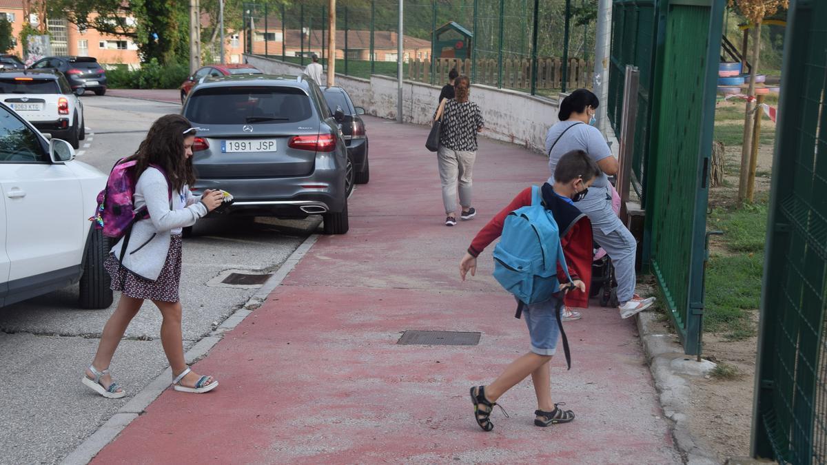Arribada d'alumnes a l'escola de Santa Eulàlia de Berga aquest dilluns