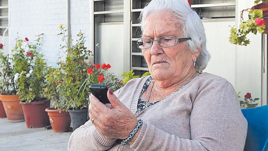 """Josefa, de 84 años, sobre la brecha digital: """"¿Qué puedo hacer a estas alturas?"""""""